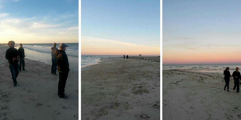 Kävely rannalla auringonlaskun aikaan